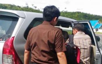 Para tersangka dibawa dengan mobil untuk dibawa ke Rutan Palangka Raya, Senin (30/1/2017).