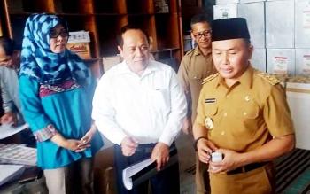 Komisioner Bidang Logistik Samijan (tengah), didampingi Komisioner Puji Suharianti (kiri) saat menyampaikan harapannya di hadapan Gubernur Kalteng Sugianto Sabran di Kantor KPU Kobar, Senin (30/1/2017)