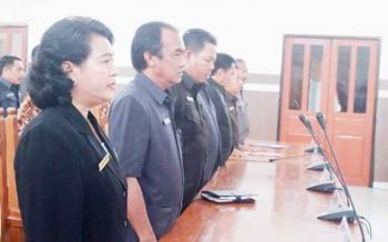 Anggota Dewan Perwakilan Rakyat Daerah (DPRD) Kabupaten Gunung Mas (Gumas) Pendeta Rayaniatie Djangkan (paling kanan) saat mengikuti rapat paripurna di Gedung DPRD Gumas beberapa waktu lalu.