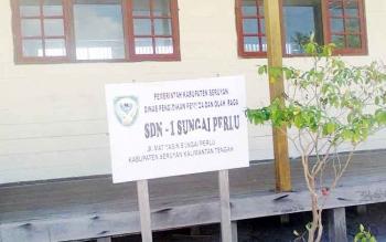 Tampak depan sekolah SDN-1 Sungai Perlu yang ditinggalkan beberapa siswanya yang pindah sekolah ke Kuala Pembuang.