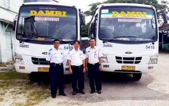 Kepala Dishub Barut, Iwan Fikri saat melakukan uji coba bus DAMRI, Senin (30/1/2017).