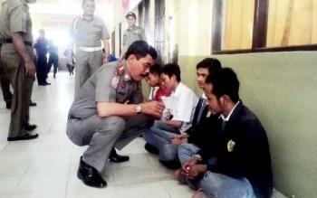 Lima pelajar yang kedapatan ngelem dan mengkonsumsi zenith sedang dimintai keterangan langsung oleh Sekretaris Dinas Satpol PP dan Pemadam Kebakaran Kabupaten Kapuas merangkap Plt Kepala Satpol PP Yunabut.