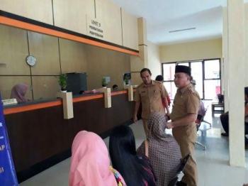 Gubernur Kalimantan Tengah (Kalteng) Sugianto Sabran melakukan inspeksi mendadak (sidak) ke kantor Samsat Pangkalan Bun, Kalteng, Senin (30/1/2017).