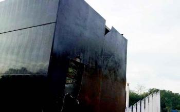 Bagian belakang patung yang menunjuk kepada monumen tugu Soekarno ini ternyata hanya terbuat dari bahan asbes tipis yang kini telah jebol.