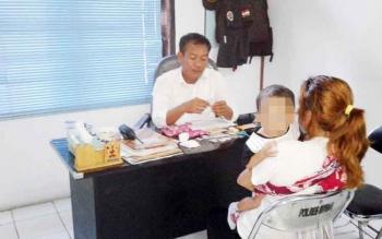 SA (38 tahun) bersama balitanya saat diperiksa Kasat Narkoba Polres Kotawaringin Barat (Kobar) baru-baru ini. SA mengaku mendapat pasokan barang haram tersebut dari salah satu narapidana di Rutan Pontianak Kalimantan Barat (Kalbar). BORNEONEWS/CECEP HERDI