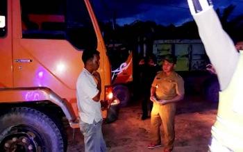 Gubernur Kalteng Sugianto Sabran menghentikan truk bertonase besar yang platnya non-KH di Jalan Sudirman KM 120 Asam Baru, Kabupaten Seruyan, Senin (30/1/2017).