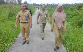 Pihak Kecamatan Seruyan Hilir saat menyempatkan meninjau lokasi badan jalan yang sudah semenisasi sepanjang lima kilometer yang mengarah ke Desa Sungai Perlu, usai Musrenbangdes desa setempat, Senin (30/1/2017).