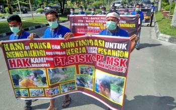 Para buruh PT Surya Inti Sawit Kahuripan (SISK) Makin Group berjalan dari Disnakertrans Kalimantan Tengah menuju Bundaran Besar Palangka Raya, Selasa (31/1/2017).