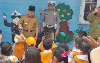 Gubernur Kalimantan Tengah, Sugianto Sabran sedang bercakap-cakap bersama anak-anak TK Bayangkari, Sampit, Selasa (31/1/2017).