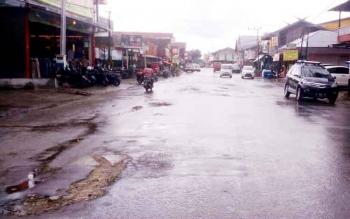 Jalan Udan Said di Kelurahan Baru merupakan salah satu jalan protokol di Kabupaten Kotawaringin Barat, namun ruas jalan yang berada di kawasan pasar Indra Sari ini terdapat lubang-lubang dengan beragam diameter yang membahayakan pengguna jalan. BORNEONEWS