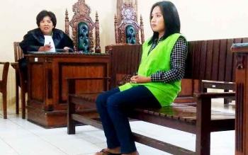 Trihati, janda tiga anak mendengarkan jaksa membacakan tuntutan di Pengadilan Negeri Palangka Raya, Selasa (31/1/2017) sore.