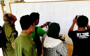 Sejumlah orang melihat pengumuman nama dan penempatan kerja calon Tenaga Kontrak Pemkab, di Kantor BKPSDM Lamandau.