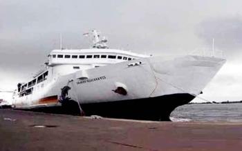 Kapal Dharma Ferry VIII milik PT Dharma Lautan Utama terpaksa menunda jadwal pelayaran karena gelombang di Laut Jawa setinggi 3 meter, Minggu (29/1/2017).