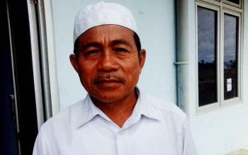 Kepala Desa Sungai Perlu, Hasanudin yang baru menjabat setengah bulan ini.