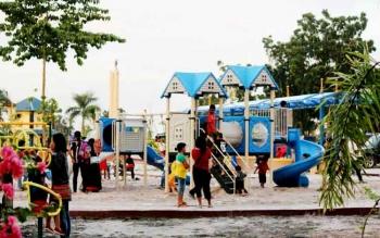 Sejumlah anak tampak menikmati fasilitas yang ada di Taman Kota Pangkalan Bun di kawasan Bundaran Pancasila.