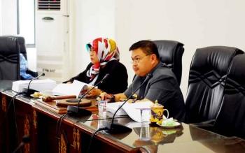 Ketua DPRD Barito Utara Set Enus Y Mebas didampingi Wakil Ketua I Merry Rukaini saat memimpin Rapat Pembahasan Anggaran DPRD 2017, Selasa (31/1/2017).