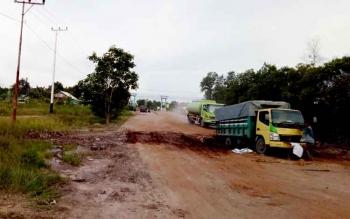 Truk bermuatan ambles saat melintas dari arah tanjung Kalap menuju Desa Bumi Harjo, Kabupaten Kotawaringin Barat, beberapa waktu lalu.
