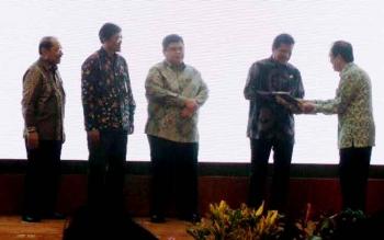 Wakil Bupati Kotawaringin Timur HM Taufiq Mukri saat menerima hasil evaluasi SAKIP di Surabaya, Selasa (31/1/2017).