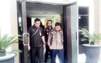 Terdakwa kasus pemalsuan ijazah Mulyar (kanan) didampingi Kasi Pidsus Kejari Kapuas Andrianto Budi Santoso (kiri) dan Kasi Pidum Ario Wicaksono saat keluar dari Pengadilan Negeri Kuala Kapuas, Selasa (31/1/2017) sore.