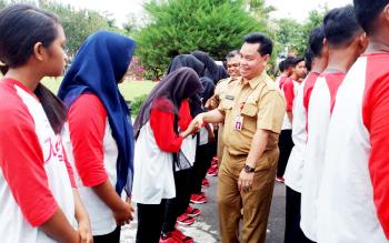 Asisten II Setda Kotim Halikinnoor menyalami kontingen Drum Band Kotim yang akan mewakili Kalteng pada Kejurnas Drum Band di Provinsi Lampung.