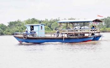 Penyebrangan sungai yang ada di Kecamatan Maliku.