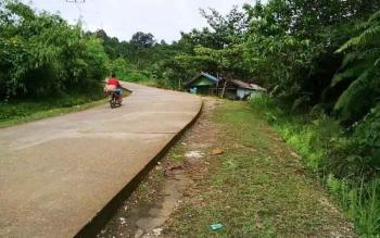 Pengendara melintas di Jalan Untung Soeropati, Kota Puruk Cahu, Kabupaten Murung Raya. Jalan ini rawan kecelakaan lalu lintas sehingga dijuluki jalur maut.