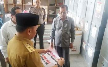 Gubernur Kalteng, Sugianto saat meninjau pelipatan dan penyusunan kertas suara di gudang KPU Kobar, Senin (30/1/2017)