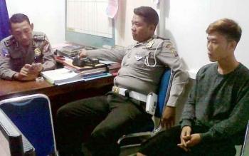 Aririn (kanan) saat diperiksa polisi, Senin (30/1/2017).
