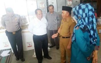 Gubernur Kalimantan Tengah, Sugianto Sabran saat meninjau kesiapan KPU Kobar, Senin (30/1/2017)
