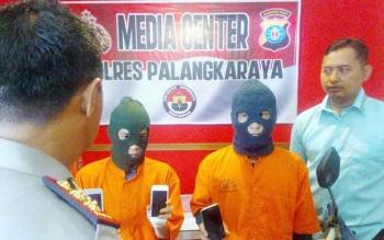 Kapolres Palangka Raya AKBP Lili Warli dan Kasat Reskrim AKP Ismanto Yuwono mengintrogasi dua maling telepon seluler Rabu (1/2/2017)