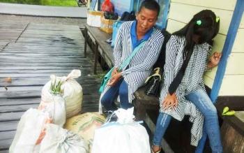 Mama Dilla dan anak perempuannya tengah menunggu pemberangkatan longboat, Rabu (1/2/2017).