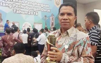 Petrus Rinda, Kepala Dinas Perhubungan Kobar menerima Penghargaan Wahana Tata Nugraha (WTN) untuk kategori lalu lintas, Selasa (31/1/2017)