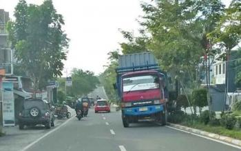 SALAHI ATURAN : Truk ekspedisi melintas di jalur perkotaan Kabupaten Kotawaringin Barat, belum lama ini.