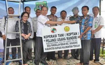Bupati Kapuas Ben Brahim S Bahat meresmikan Koperasi Tani Pelangi Usaha Mandiri di Desa Pangkalan Rekan, Kecamatan Basarang, Kabupaten Kapuas, Rabu (1/2/2017).