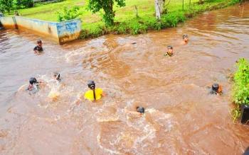 Aktivitas anak-anak Desa Sungai Sekonyer saat bermain di kanal irigasi di sekitar pemukiman warga desa 2