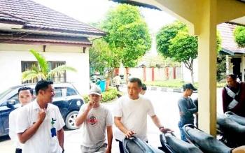 Peserta lelang mulai berdatangan mengecek kondisi kendaraan DI BPKAD Kotim, Rabu (2/2/2017).