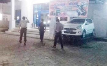 Aparat kepolisan sedang patroli di salah satu bank di Kota Buntok, Kabupaten Barito Selatan.
