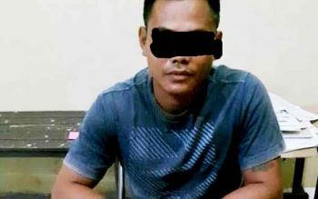 Tersangka pengedar sabu inisial DE saat menjalani pemeriksaan di Polres Gunung Mas.