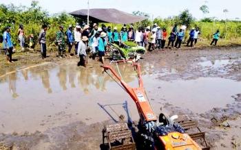 Puluhan petani dan PPL perwakilan 13 kecamatan di Kabupaten Katingan mengikuti pelatihan penggunaan mesin pertanian di Pulau Malan, belum lama ini. Kamis (2/2/2017) besok Sekda Nikodemus bakal melakukan penanaman perdana padi di lahan program cetak sawah