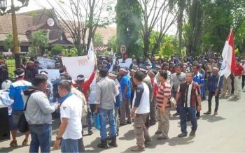 Sejumlah buruh PT SISK Makin Grup, saat demo di depan Kantor Bupati Kotim, beberapa waktu lalu.