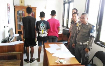 Tiga pelajar ini dibawa ke kantor Satpol PP Gunung Mas karena membolos sekolah, Kamis (2/2/2017)