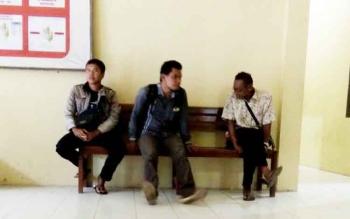Wartawan tengah berbincang dengan keluarga diduga korban kekerasan seksual kepada anak dibawah umur, di ruang tunggu Satreskrim Polres Lamandau, Kamis (2/2/2017).