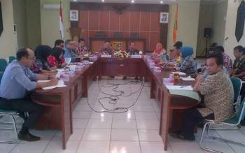 Jajaran Komisi A DPRD Provinsi Kalteng bertemu jajaran Pemkab Barito Selatan dan peyelenggara pilkada di aula Setda Barsel, Kamis (2-2-2017).