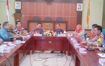 Ketua Komisi A DPRD Kalteng Fredi Y Ering (kiri) melakukan pertemuan dengan Sekda Barito Selatan Edi Kristianto dan jajaran penyelenggara pilkada di aula Setda, Kamis (2-2-2017).