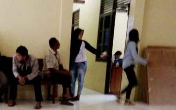 Keluarga Korban kekerasan seksual terhadap anak dibawah umur saat berada di ruang tunggu Satreskrim Polres Lamandau, Kamis (2/2/2017) siang.