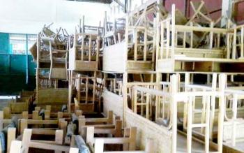 Ratusan meja kursi sekolah dari rotan yang tidak sempat didistribusikan ke sekolah-sekolah, saat ini menumpuk di gudang pusat industri dan kerajinan rotan Hampangen, Kamis (2/2/2017).