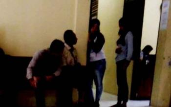 Keluarga korban asusila di bawah umur saat berada di ruang tunggu Satreskrim Polres Lamandau, Kamis (2/2/2017) siang.