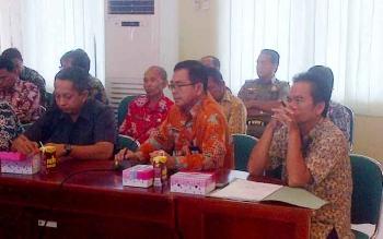 Kepala Disdukcapil Barito Selatan Nyamei Tumbai (tengah) memaparkan data kependudukan kepada jajaran Komisi A DPRD Kalteng di Aula Setda Barsel, Kamis (2/2/2017).