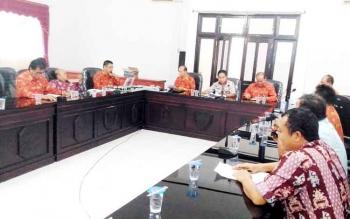 Ketua LPPD Gunung Mas Herbert Y Asin mempimpin rapat, Kamis (2/2/2017)