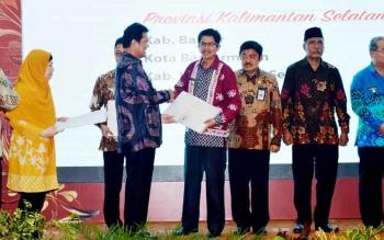 PENGHARGAAN : Wakil Bupati Kapuas Ir H Muhajirin MP saat menerima Laporan Hasil Evaluasi Sistem Akuntabilitas Kinerja Instansi Pemerintah (SAKIP) dari Menteri Pendayagunaan Aparatur Negara dan Reformasi Birokrasi Republik Indonesia Asman Abnur, Selasa (31